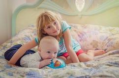 Grote zuster en haar babybroer stock foto