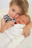 Grote zuster en pasgeboren baby royalty-vrije stock afbeelding