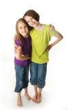 Grote zuster en weinig zuster het koesteren royalty-vrije stock afbeelding
