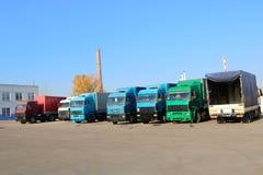 Grote zware ladingsvrachtwagens met cabines en aanhangwagenstribune op een rij r royalty-vrije stock afbeeldingen