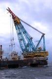 Grote Zware liftkraan in verrichting in Noordzee. Stock Afbeelding