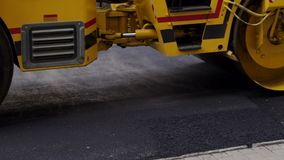 Grote zware vleet die een nieuw asfalt in de steeg van de weg aanstampen Close-up stock video