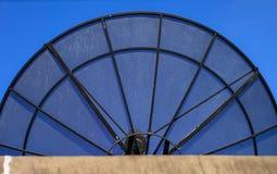Grote Zwarte Satellietschotel Royalty-vrije Stock Foto