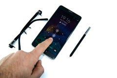 Grote zwarte smartphone met witte grond royalty-vrije stock afbeeldingen