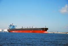 Grote zwarte tanker in de ankerplaats van Singapore. stock afbeeldingen