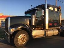 Grote zwarte vrachtwagen zonder lading stock afbeeldingen