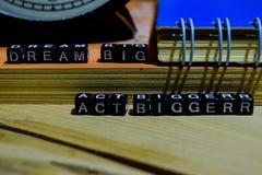 Grotere droom grote handeling geschreven op houten blokken Het bedrijfsconcept van het onderwijs en royalty-vrije stock fotografie