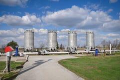 Grotere witte brandstoftanks op een achtergrond van bl Stock Foto