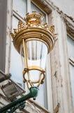 Grotesk kunglig gatalykta på en vägg i Bryssel Fotografering för Bildbyråer