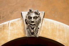 Grotesk maskering på en gammal ärke- slutsten - Verona Italy Arkivbilder