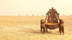 Grotesk Wood stol i öken lager videofilmer