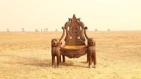 Grotesk Wood stol i öken arkivfilmer