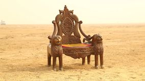 Grotesk Wood stol i öken stock video
