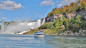 Grotta av windsna på Niagara Falls, USA Royaltyfria Bilder