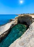 Grotta del Canale, ` Andrea, côte de Salento, Italie de Sant Images stock