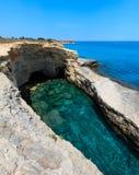 Grotta del Canale, ` Andrea, côte de Salento, Italie de Sant Photos stock