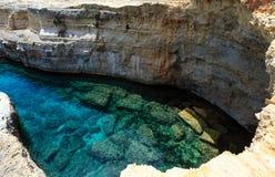 Grotta del Canale, ` Andrea, côte de Salento, Italie de Sant Photographie stock
