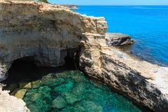 Grotta del Canale, Sant ` Andrea, Salento havskust, Italien Royaltyfria Foton