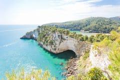 Grotta della Campana Piccola, Apulia - mäktig grottabåge på t arkivfoto