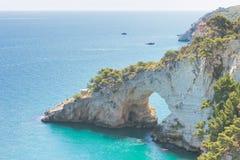 Grotta della Campana Piccola, Apulia - naturlig grottabåge i royaltyfria foton
