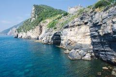 Grotta di Lord Byron mit Türkiswasser und -küste mit Felsenklippe, Portovenere-Stadt, Liguriermeer, Park Cinque Terre, La Spezi stockfotos