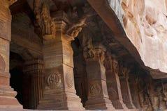 Grotta 3: Försedd med pelare veranda eller fasad Badami grottor, Karnataka Det är 70 fot, 21 M, i längd med en inre bredd av 65 f Fotografering för Bildbyråer