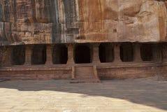 Grotta 3: Försedd med pelare veranda eller fasad Badami grottor, Karnataka Det är 70 fot, 21 M, i längd med en inre bredd av 65 f Arkivfoto