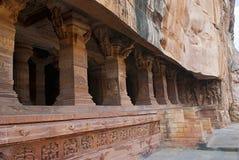 Grotta 3: Försedd med pelare veranda eller fasad Badami grottor, Karnataka, Indien DET är 70 fot, 21 M, i längd med en inre bredd Royaltyfri Foto