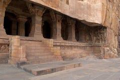 Grotta 3: Ingång Försedd med pelare veranda eller fasad Badami grottor, Karnataka Det är 70 fot, 21 M, i längd med en inre bredd  Royaltyfria Foton