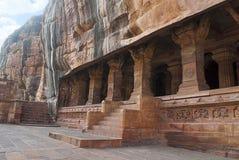 Grotta 3: Ingång Försedd med pelare veranda eller fasad Badami grottor, Karnataka Det är 70 fot, 21 M, i längd med en inre bredd  Royaltyfri Bild