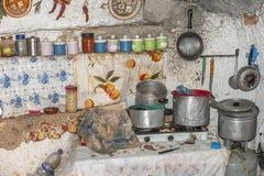 Grotta-kök av grottahuset av grottmänniskor royaltyfria bilder