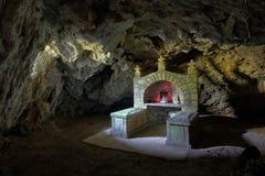 Grotta-kyrka i Ovcar Banja, Serbien royaltyfri fotografi