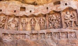 Grotta med hinduiska gudar på historisk lättnad Arwork i den Badami staden, Indien Tempelcarvings som göras i det 6th århundradet Royaltyfri Bild