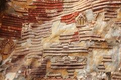 Grotta med många buddistiska symboler på väggen, Burma Royaltyfri Bild