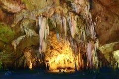 Grotta med stalaktit och stalagmit arkivfoto