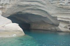 grotta nära sjösida Arkivfoton