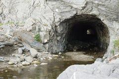 Grotta- och bergström Royaltyfria Foton