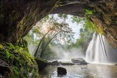 grotta och stor vattenfall Arkivbild