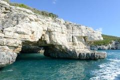 Grotta på kusten av den Gargano nationalparken på Puglia Royaltyfri Fotografi