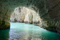 Grotta på kusten av den Gargano nationalparken på Puglia Fotografering för Bildbyråer
