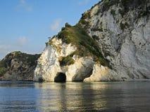 Grotta på sjösidan Arkivfoton