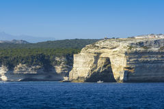 Grotta på tillträdeet av axeln av den Bonifacio staden, Korsika arkivbild