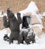 Grottabjörnar, Archeopark, Khanty - Mansiysk, Ryssland lokaliserade på foten av den is- kullen, Archeopark visar naturtrogen sta Arkivbild