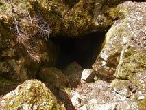 grottaingångsexponering som skjutas long Fotografering för Bildbyråer