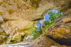 Grottakyrka, panorama från konstgjorda grottor, Lesnovo, Makedonien. royaltyfri foto