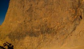Grottamålningar och petroglyphs som gråter aka kon på Tegharghart i Tassili nAjjernationalpark i Algeriet Arkivfoto