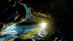 Grottan som havet flödar in i Fotografering för Bildbyråer