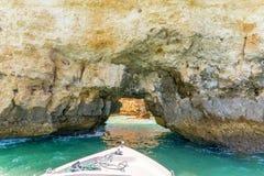 Grottapassagen på ett fartyg turnerar på Lagos i Algarven arkivfoto