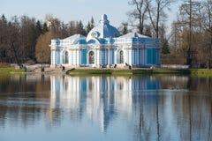 Grottapaviljong på det stora dammet i Catherine Park av Tsarskoye Selo på våren Royaltyfri Fotografi