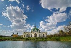 Grottapaviljongen i arkitektoniskt parkerar helheten Kuskovo, Moskva, Ryssland royaltyfria bilder